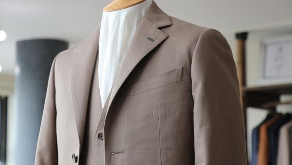 コットン・カシミア混の生地にて作るスリーピーススーツ