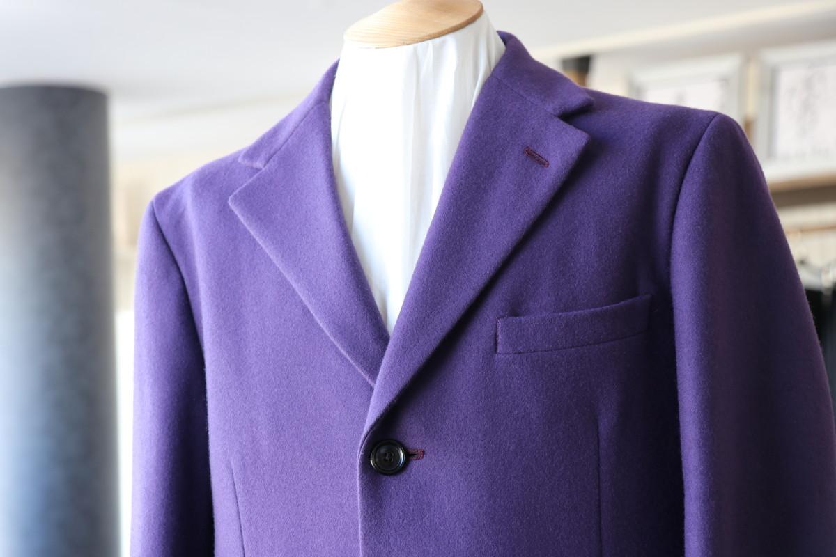温かみのあるツイードのコートに差し色を加える