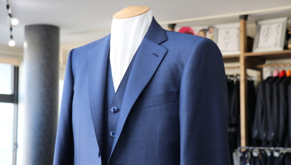青のシャークスキンの表情を知るスーツ