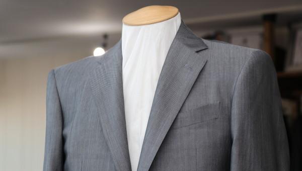シルク混の艶あるスーツを仕立てる