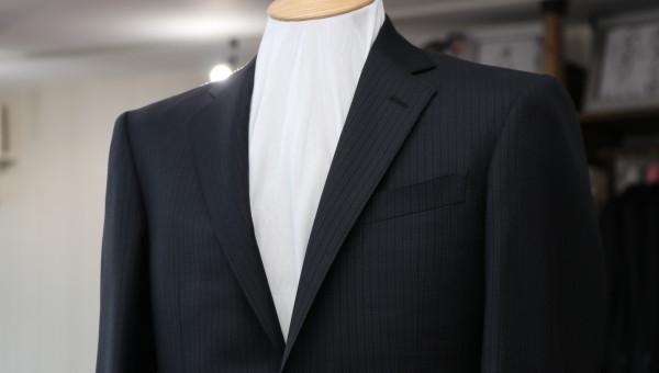 ジニョーネの生地を使ったダークカラーのスーツ