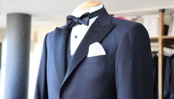 結婚式参列のためのミッドナイトブルータキシード
