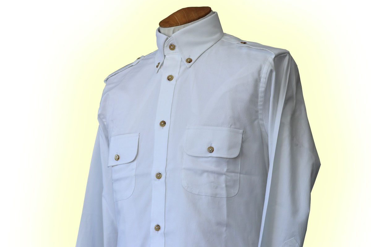 エポレットとカジュアルシャツ