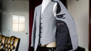スーツの前ボタンは全部留める?