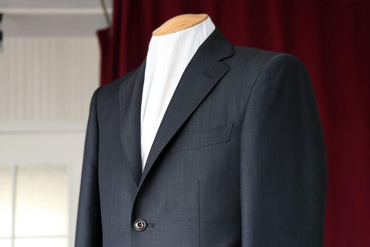 グレーのモヘア混スーツの光沢感