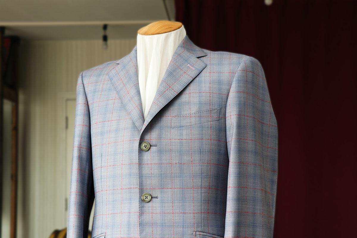 デルフィノのイタリア的配色のスーツ