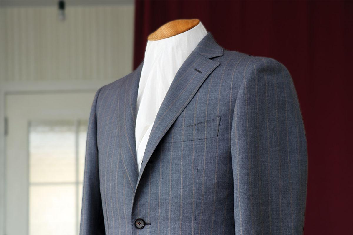 個性的なストライプが映えるドーメルトロピカルアマデウスのスーツ