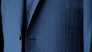ダブルブレストの華やかさにカジュアルさを取り入れた挙式参列スーツ