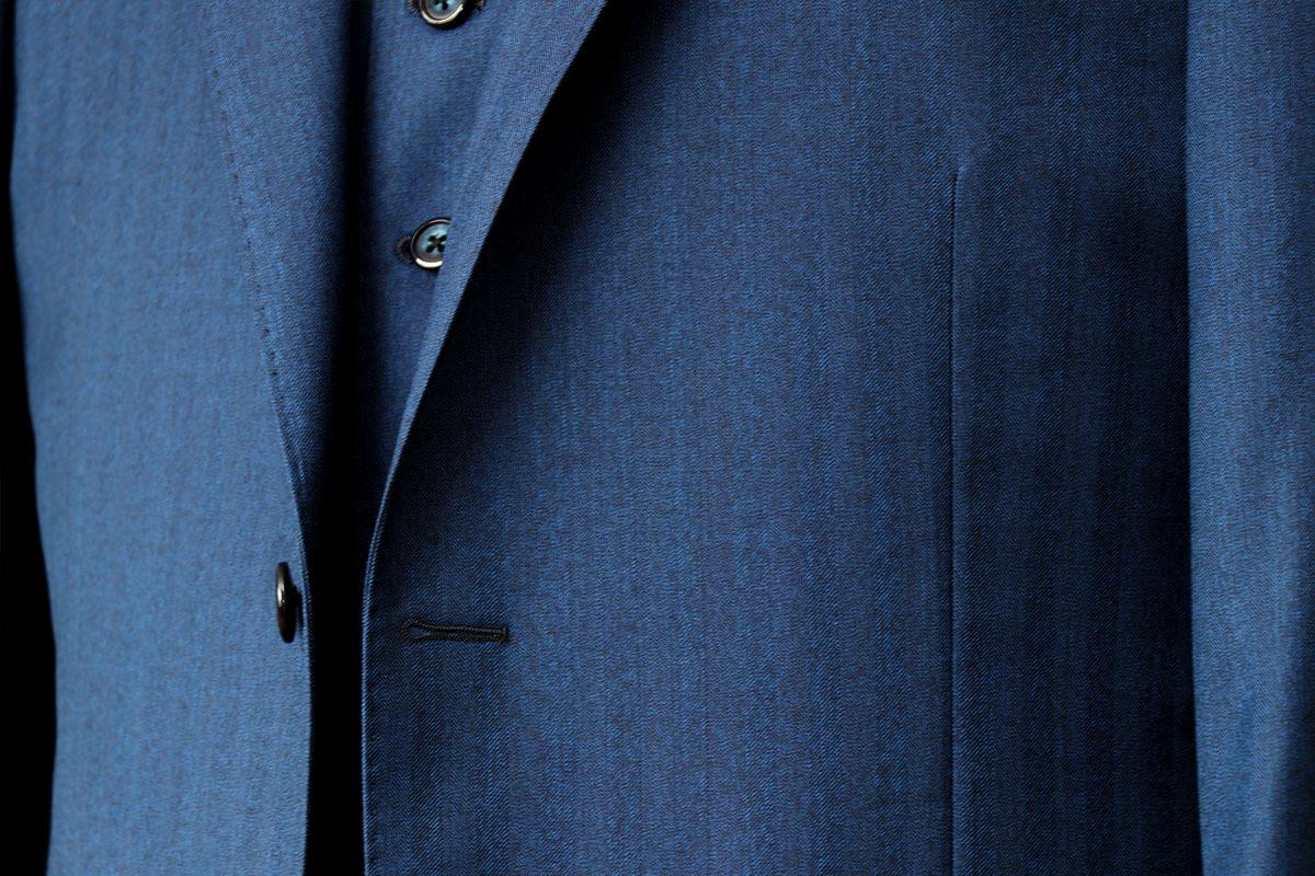 アリストンのヘリンボーン柄のネイビースーツ