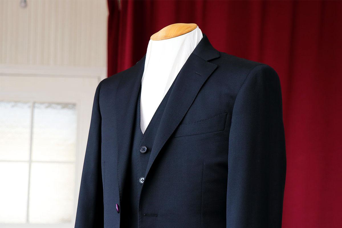 ブラックスーツにパープルの差し色を