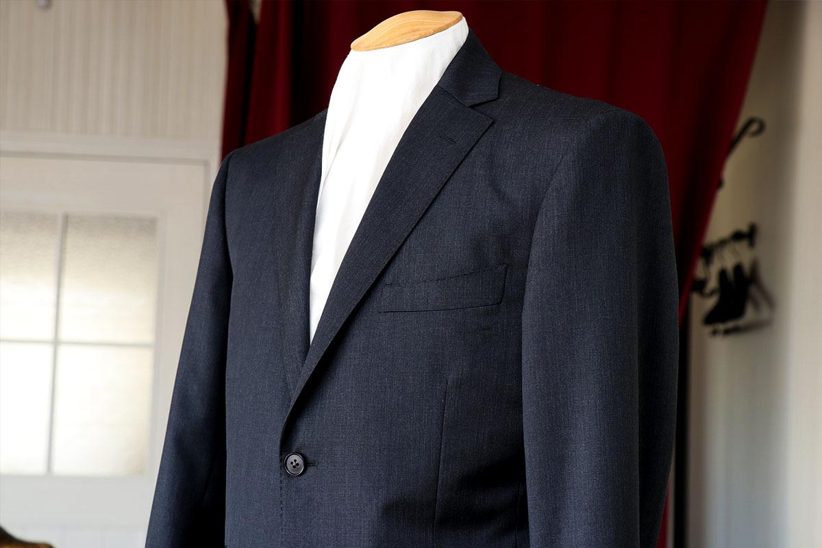 チャコールグレーの万能なビジネススーツ