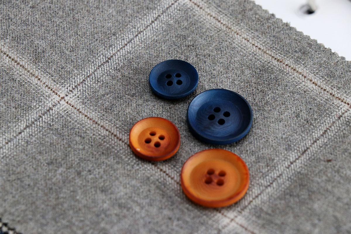 スーツのボタンとフルーツビール