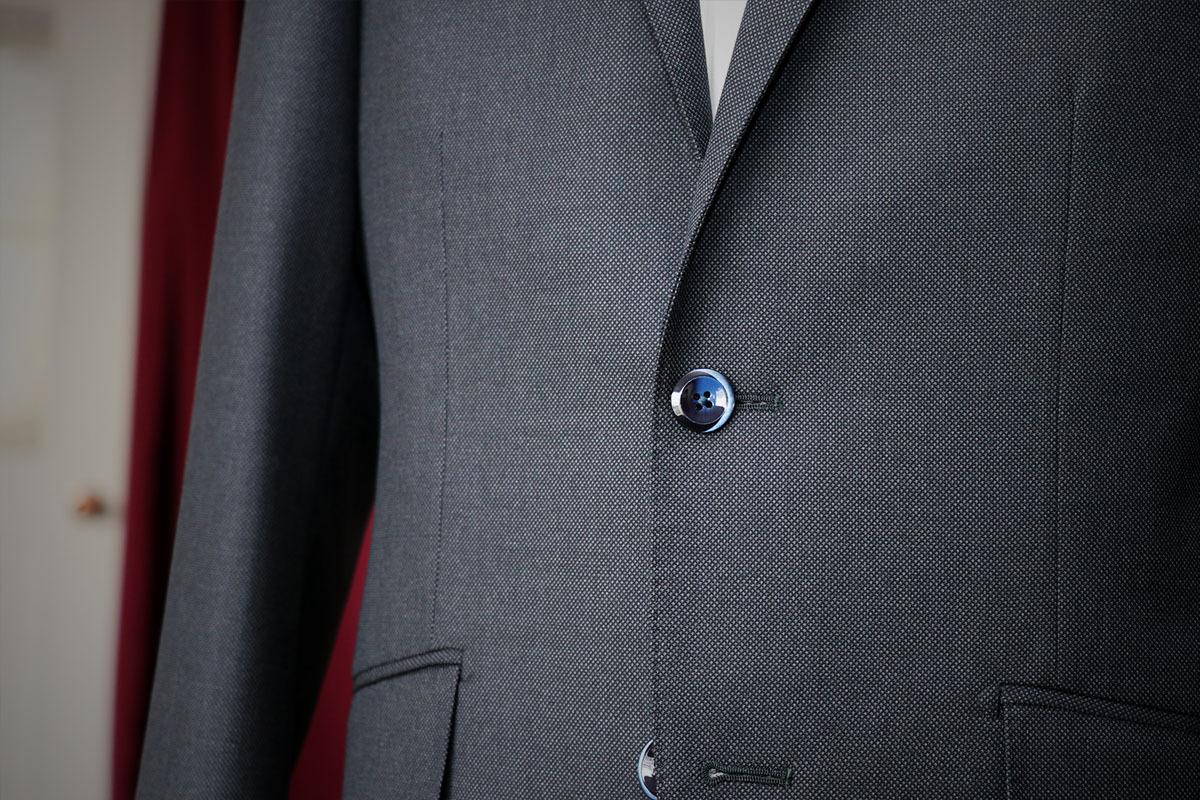 ブラウンのハイセンスなバーズアイビジネススーツ