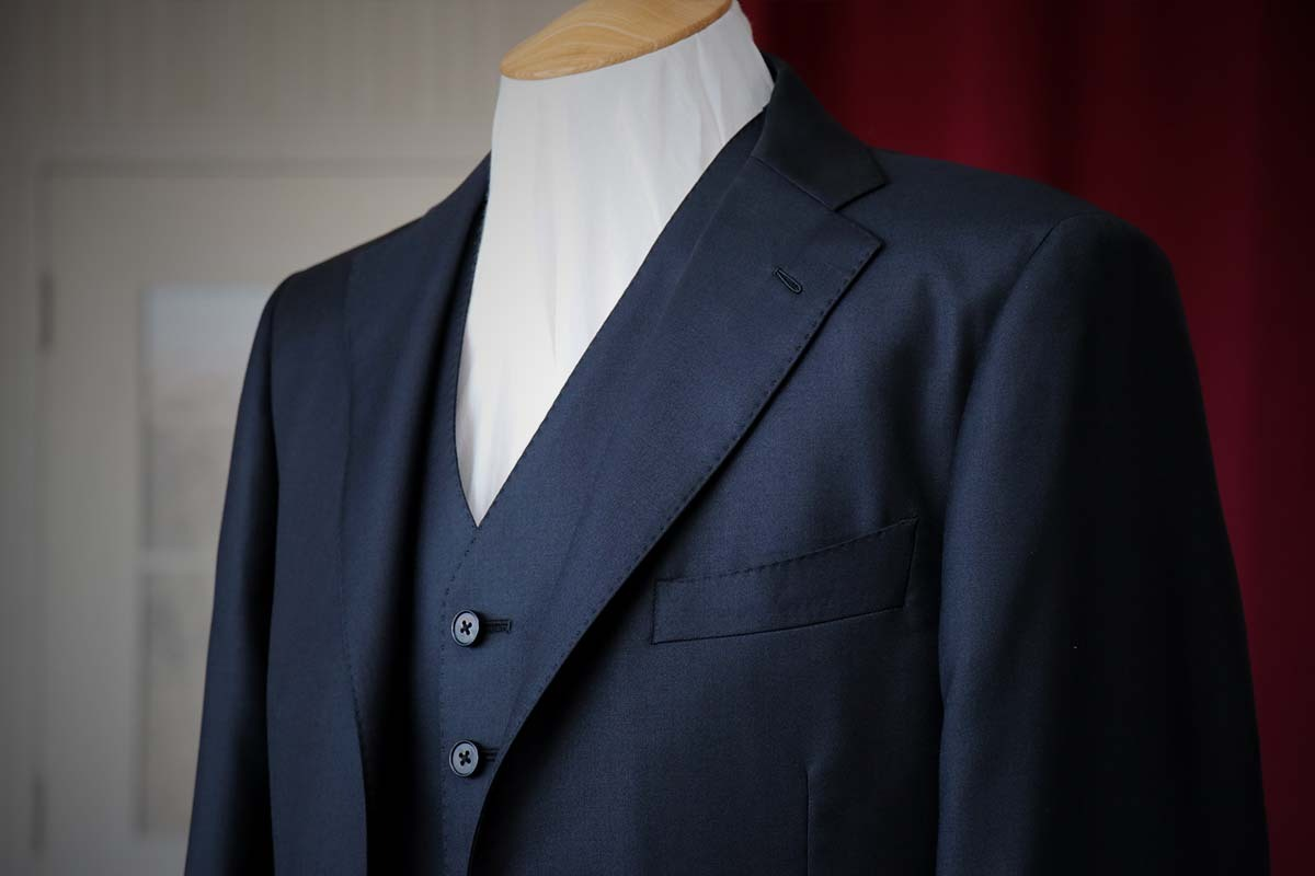 シルクを混ぜたブラックスーツの表情