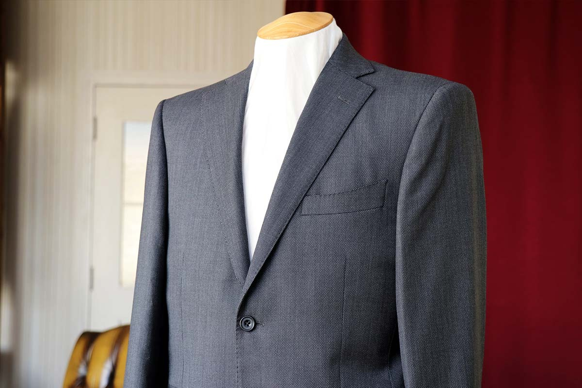 クラシックなバーズアイの織り柄のグレースーツ