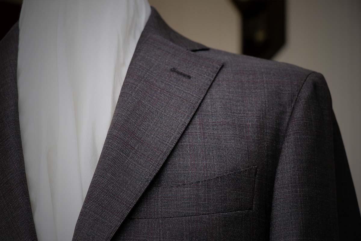 ロロピアーナの落ち着いたブラウンスーツ