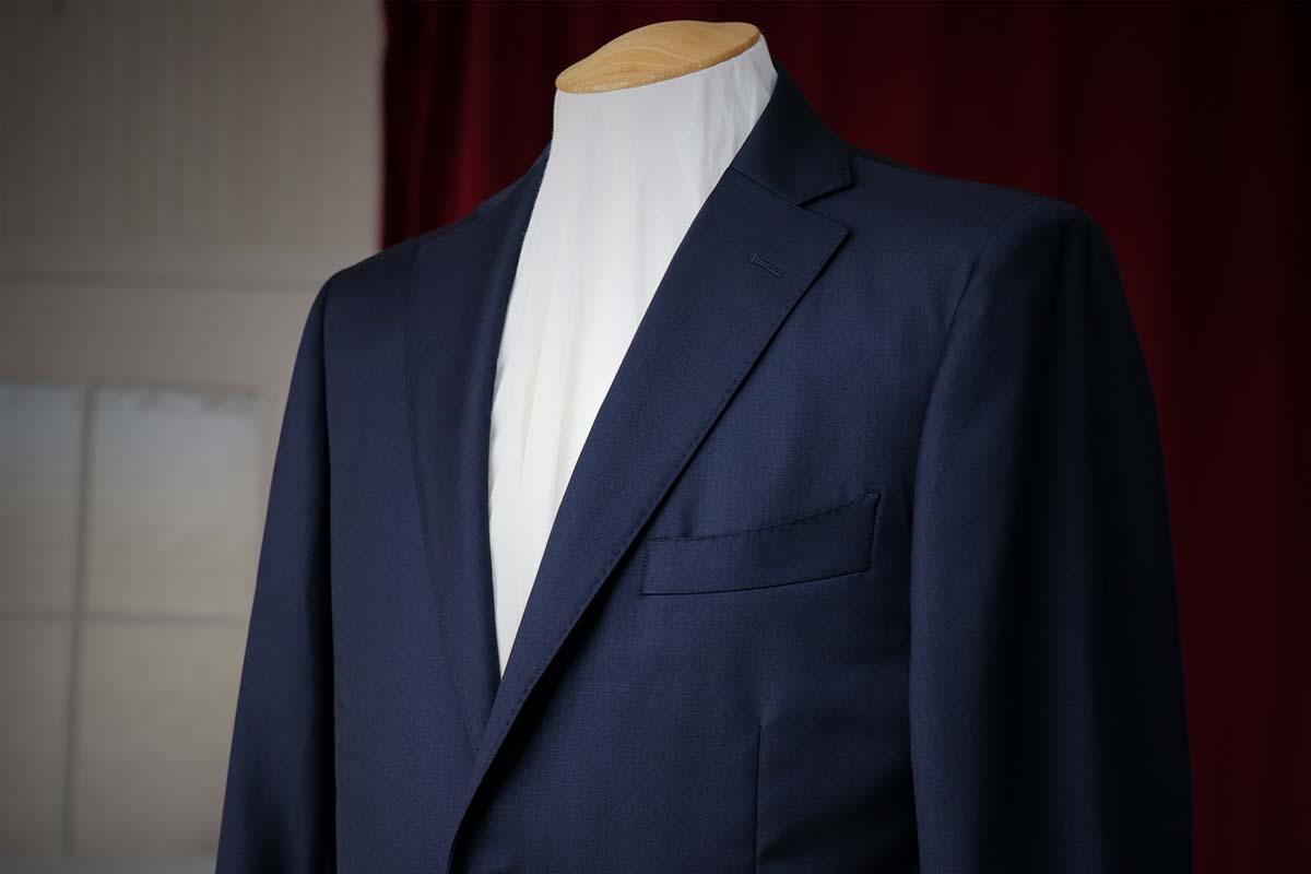 ミッドナイトブルーのビジネススーツの裏地