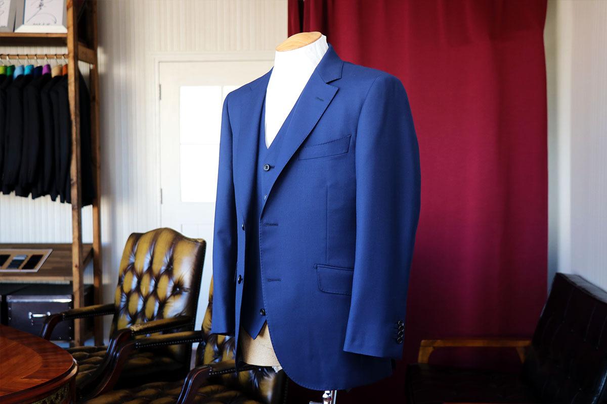 鮮やかなブルーの発色が美しいカルロバルベラのスーツ