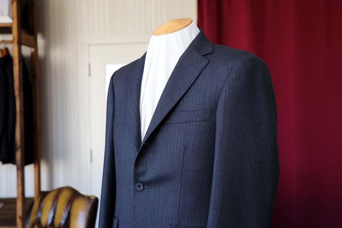 チャコールグレーのヘリンボーンスーツ