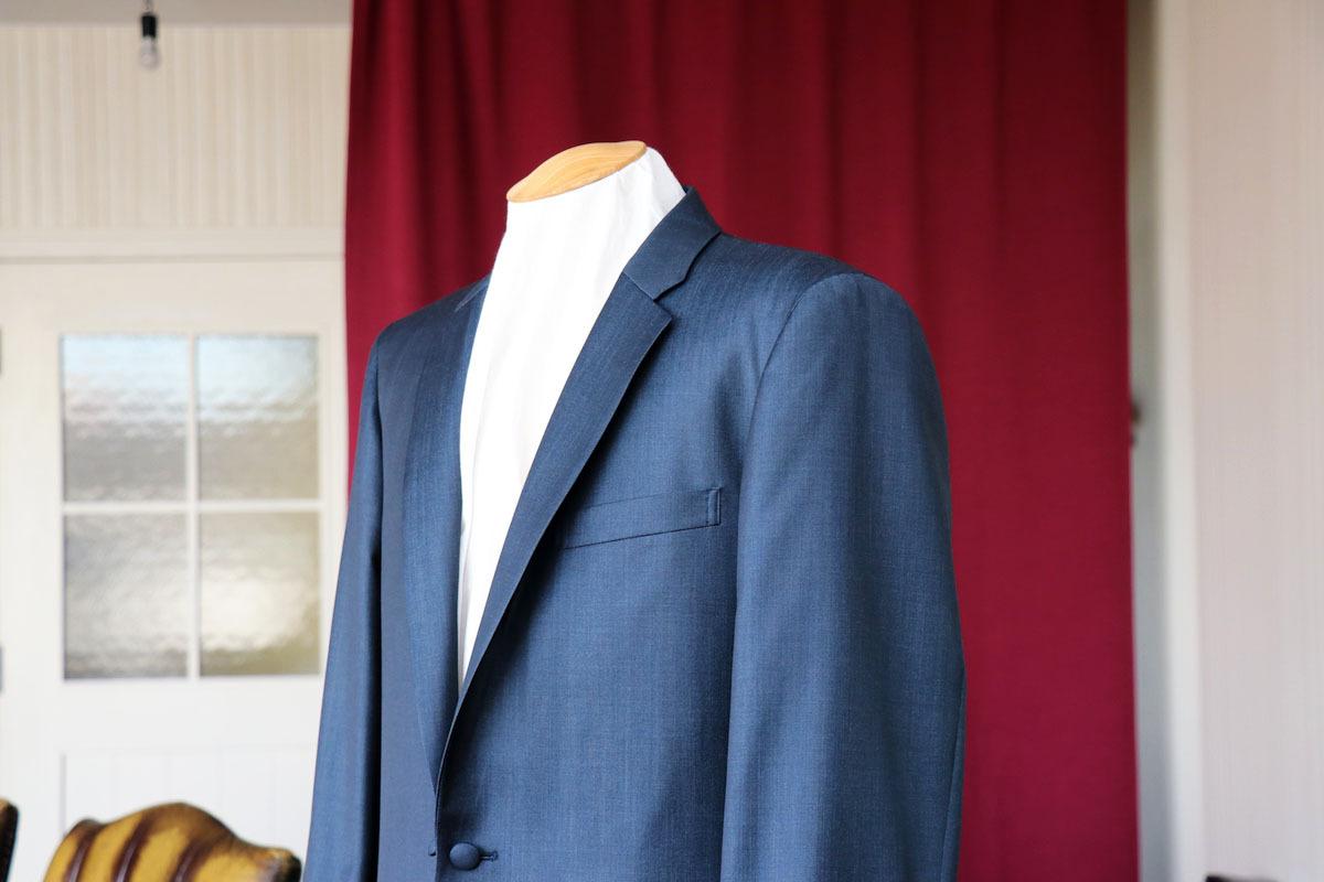 ブルーソラーロのコンテンポラリースーツ仕様のスーツ