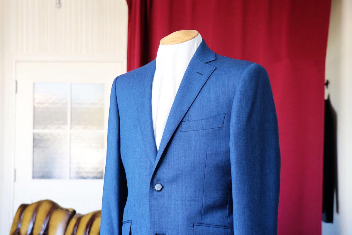 ブルーの中間色が人気のシャークスキンスーツ