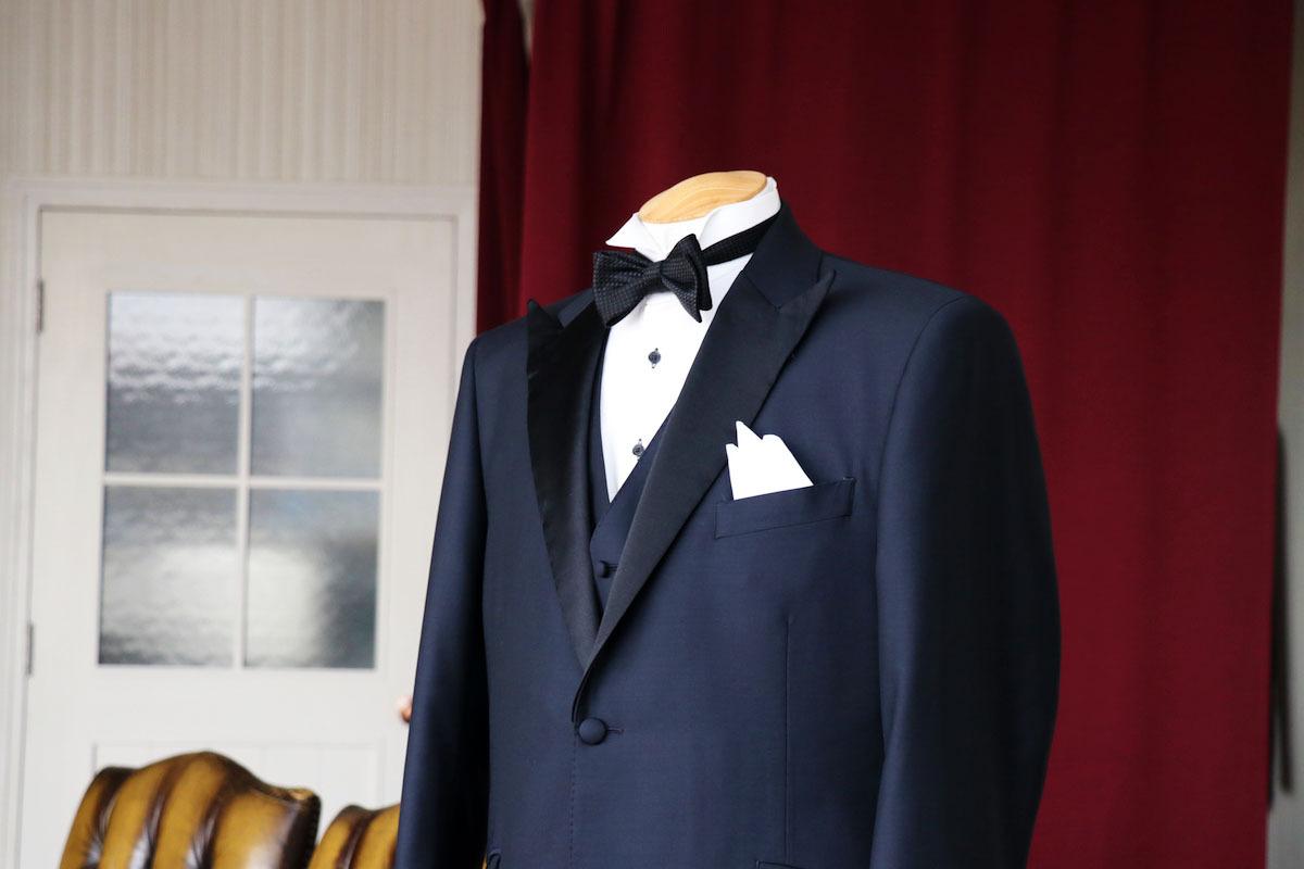 スーツにリメイクできるミッドナイトブルーの本格タキシード