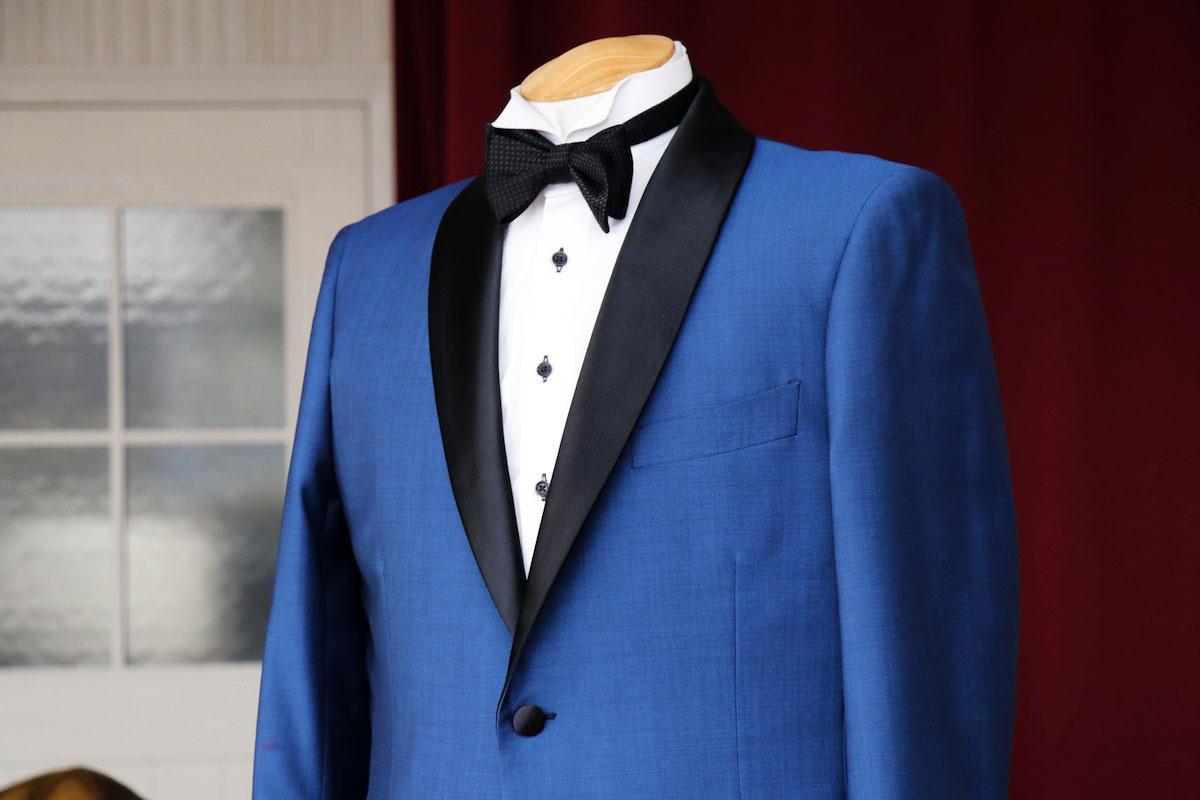 海外挙式にブルーのモヘアタキシード