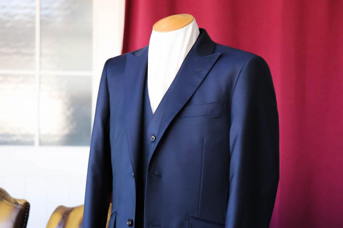 高級感ある光沢の強いイタリアスーツを仕立てる