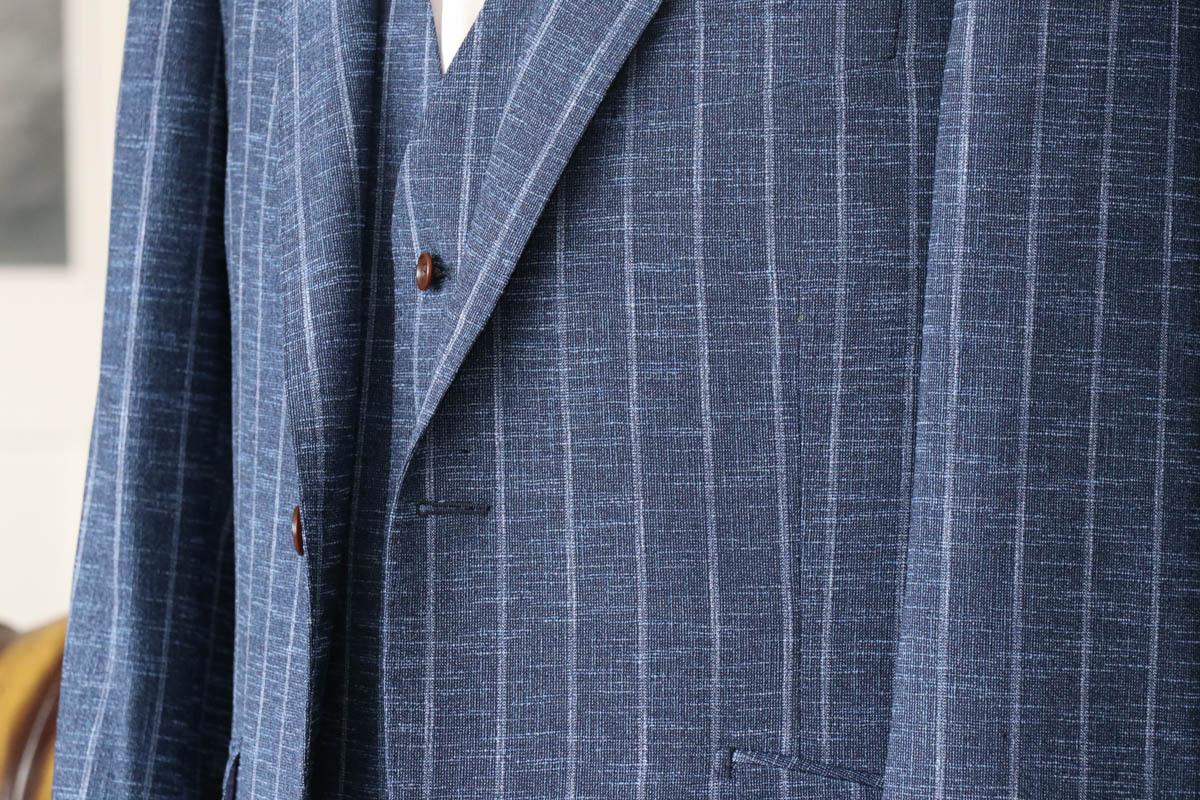 ムネリで表現されたイタリアのトレンド感じるストライプのスーツ