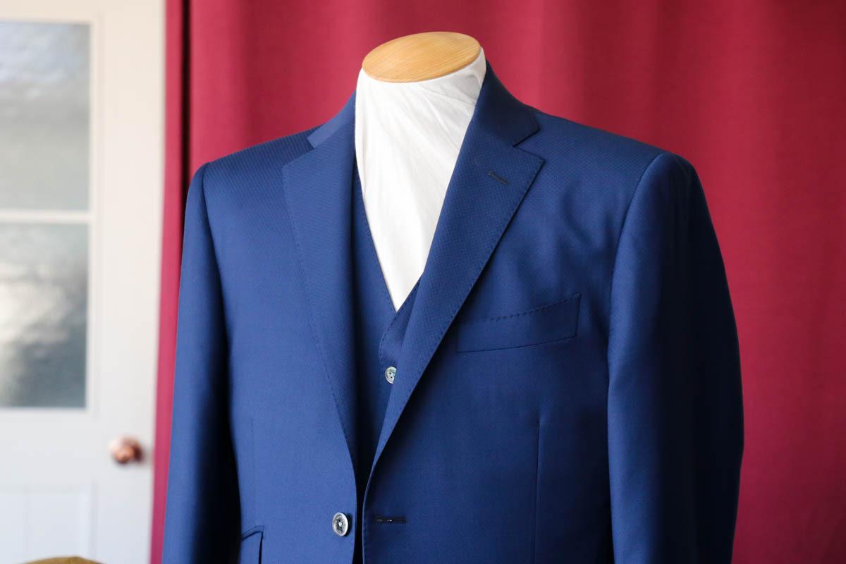 ゼニアのトラベラーで仕立てる発色の良いネイビースーツ