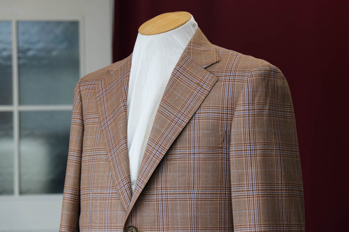 爽やかなブラウンのスーツ。春夏でも暖色系のご提案