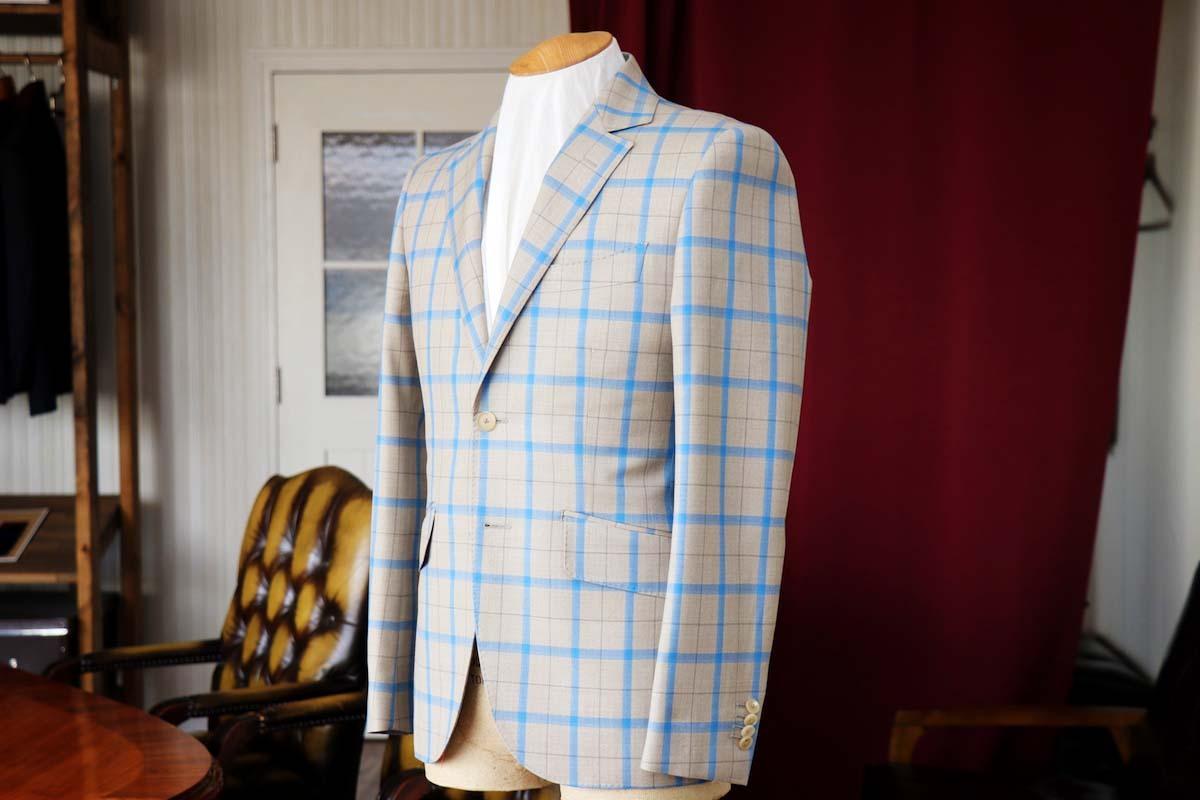 アリストンのベージュにブルーのチェックが個性的なスーツスタイリング