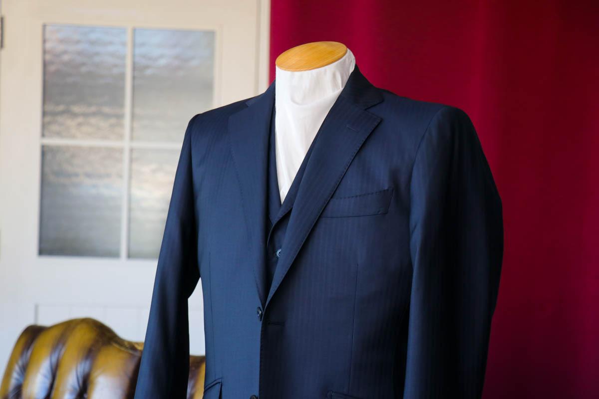 レダのマイヨールで仕立てるヘリンボーンの艶やかなビジネススーツ