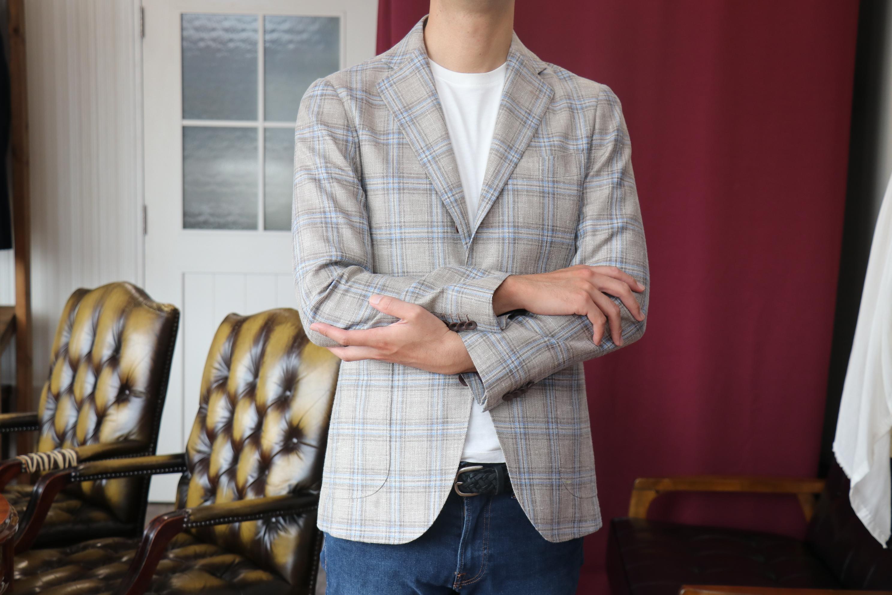 デルフィノのウール・シルク・リネンの三者混ジャケットをTシャツに着こなす