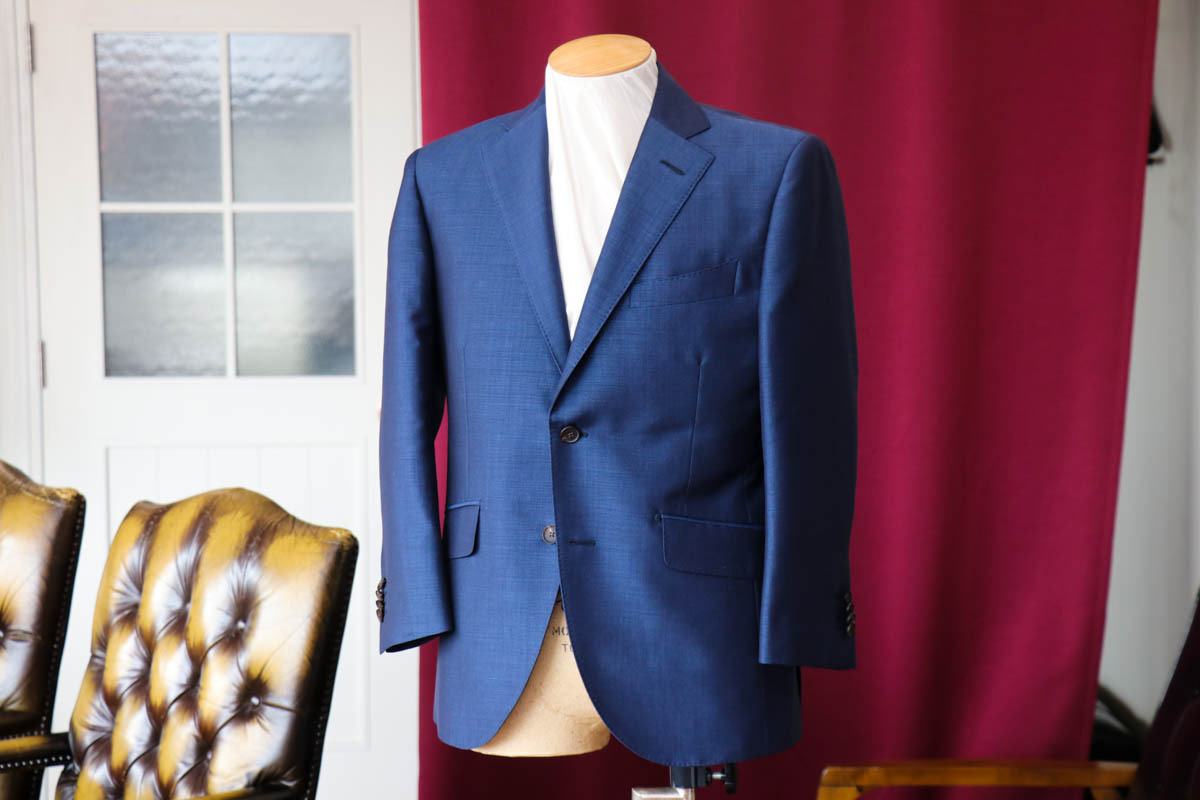 貴重なキッドモヘアを60%使用した夏のビジネススーツを仕立てる