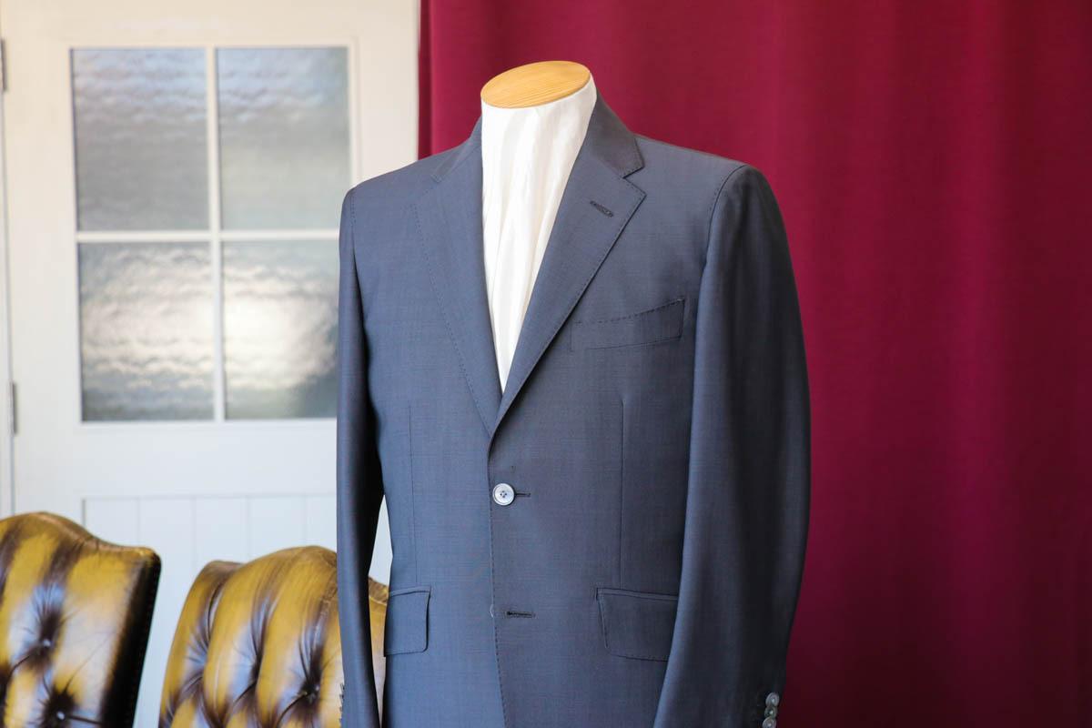 グレー無地のホーランド&シェリー クラシックモヘアで仕立てるビジネススーツ