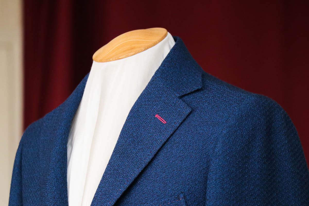 ニットルックのジャケット生地で仕立てるオンオフ兼用のカジュアルジャケット