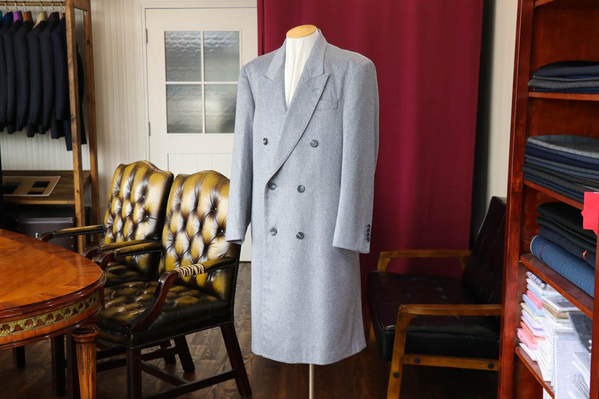 ライトグレーのカシミア生地を使用したダブルブレストのコートの仕立て