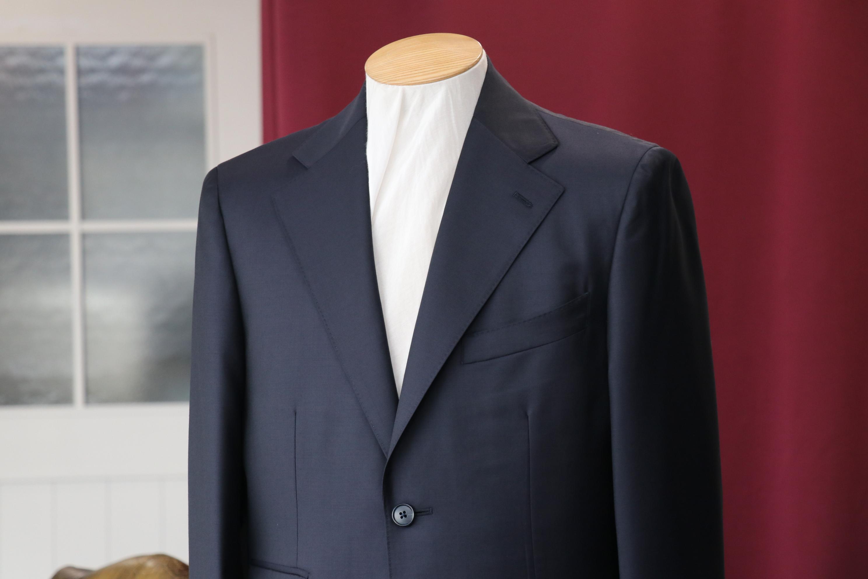 襟の幅を大きく仕立てたミッドナイトブルーの艶やかなビジネススーツ