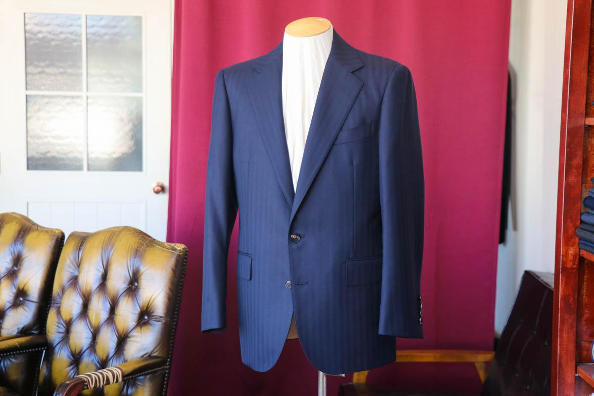 カニノコのスーパービオで仕立てるストライプのビジネススーツ