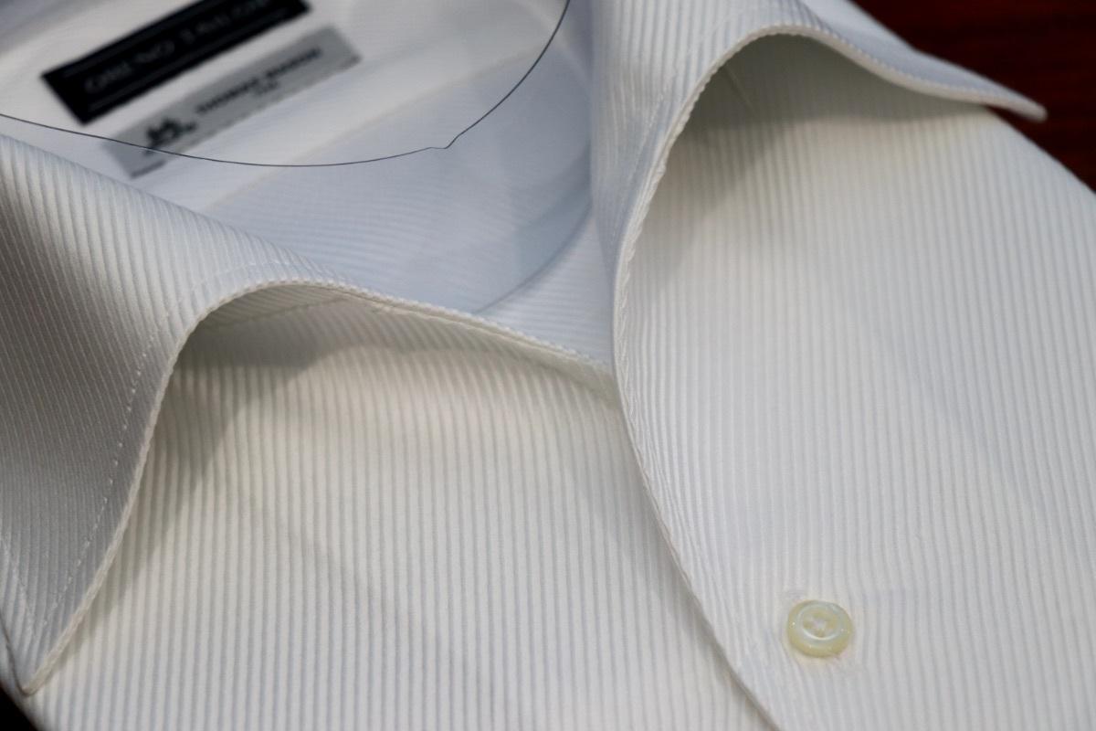 美しくロールを描く一枚襟のイタリアンカラーシャツ
