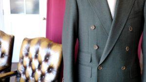 冬に映えるライトベージュのジャケットスタイル