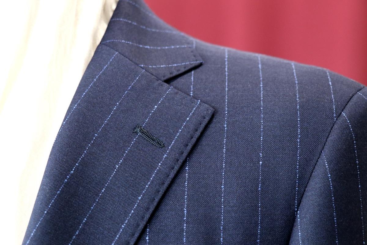生地に凹凸を感じるネップストライプのスーツ