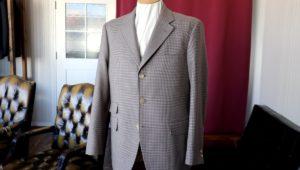 グレー地にブラウンを施した巧みなチェック柄のスーツ