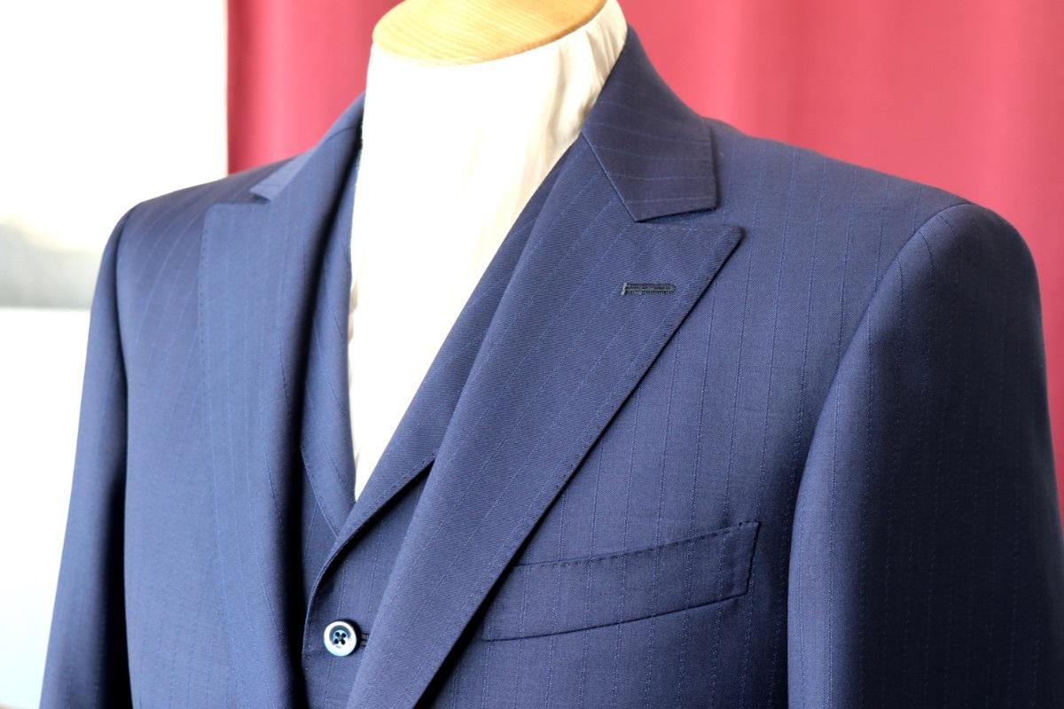 襟付きベストとセミピークのジャケットが特徴的なネイビーブルーのスーツ