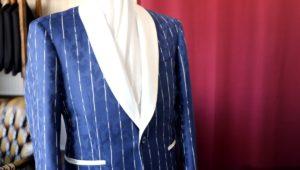 派手だけど、派手過ぎないブルーグレーのスーツのバランス感