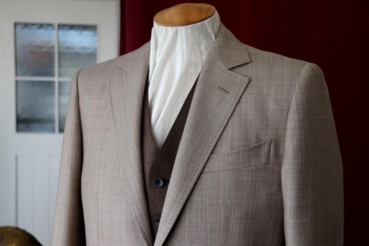 シャンブレーの表情が爽やかなベージュのウエディングスーツ