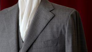 近づくと分かるカルロバルベラのドット柄スーツの魅力