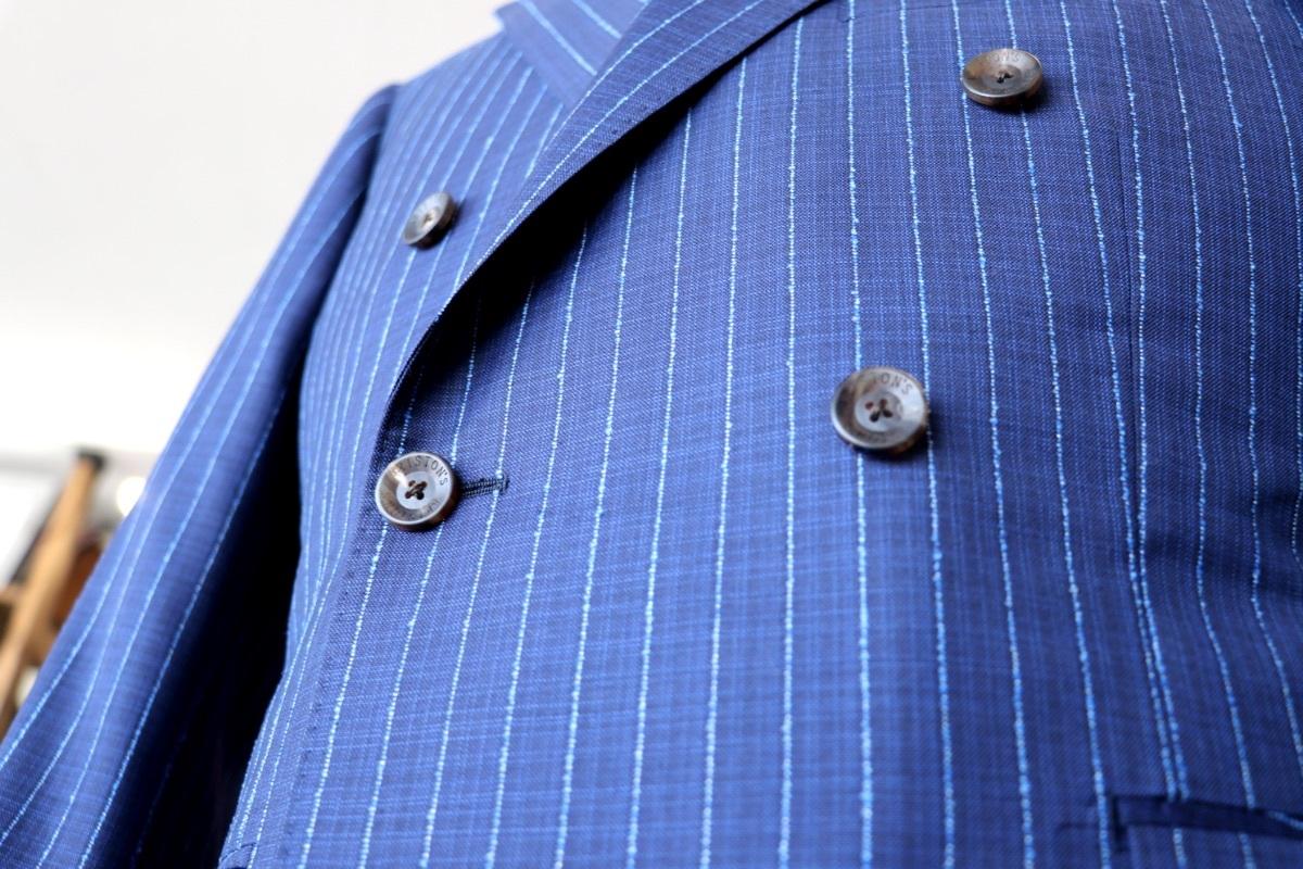 ナポリブルーの色鮮やかな【ブークレストライプ】のダブルスーツ