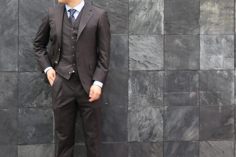 ビジネスでもOKなブラウンスーツとは?